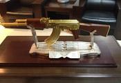 EGO电竞感谢领队妖面 赠予一比一黄金AK