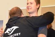 TS3线下决赛日:秘密无压力夺冠,队员拥抱击掌相庆