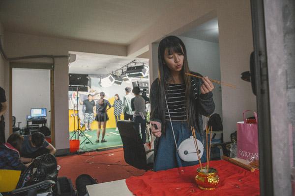 """延续了影视圈的习惯,""""小野""""也在直播前上香,祈求节目录制顺利。2015年10月,龙珠直播的演播室正在录制综艺节目。凭借自己的努力,她成为了这档综艺节目的固定主持人。为此,她每周要往返上海两次。"""