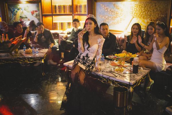 """深夜十一点,张晓梵(中)与朋友在自己的生日聚会上。她拥有一个23万粉丝的微博,并以此推广自己。在首页的个人介绍里,她把描述自己是一名""""95后混血模特""""。"""