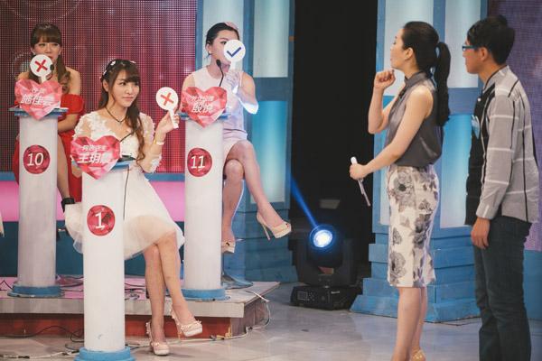 """""""网红""""王玥晨在某相亲节目录制现场。利用网络知名度,她在数个相亲节目中露脸,她希望以此为契机让自己的""""星途""""更进一步。"""