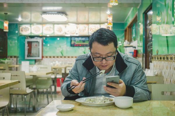 """""""海涛""""用19元钱解决掉了晚餐。就在半个月前,他参与创立的公司获得了近1亿人民币的投资。根据艾瑞分析统计,2014年中国电子竞技整体市场规模达到226.3亿元,随着2015年赞助商的投入加大,粉丝经济的进一步凸显,电竞行业未来整体市场规模有望超过500亿。"""